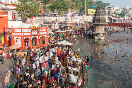 ki: HARIDWAR, INDIA - NOVEMBER 13, 2015: Unidentified people bathing in Ganges river at the Har Ki Pauri ghat in Haridwar, India.