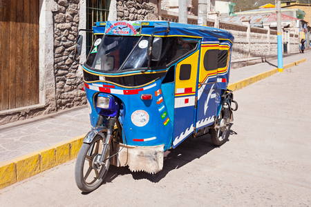 rikscha: CHIVAY, PERU - MAY 13, 2015: Auto rickshaw in Chivay, southern Peru Editorial