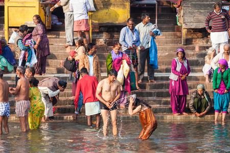 personas banandose: Haridwar, India - 13 de noviembre, 2015: Personas no identificadas que se ba�an en el r�o Ganges en el ghat Har Ki Pauri en Haridwar, India.