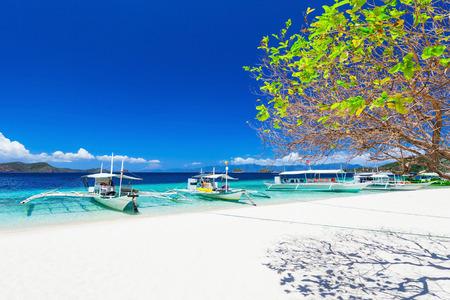 Filippijnse boten in de zee, Boracay