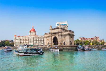 Gateway of India i łodzi, jak wynika z Mumbai Harbour w Mumbai, Indie