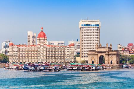 인도의 게이트웨이 및 인도 뭄바이의 뭄바이 항구에서 본 보트