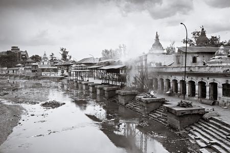 hindues: KATMANDU - ABRIL 15: ceremonia de cremación a lo largo del río sagrado Bagmati en el templo de Pashupatinath compleja, 15 de abril de 2012 en Katmandú, Nepal. Este es el lugar más sagrado para todos los hindúes en Nepal.