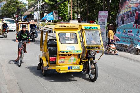 MOTORIZADO: Borácay, Filipinas - 04 de marzo: Triciclo en la calle 04 de Marzo de 2013, Boracay, Filipinas. triciclos motorizados son un medio común de transporte de viajeros por todas partes en las Filipinas.