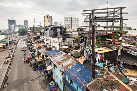 MANILA, Filippine - 18 marzo: regione Slum marzo, 18, 2013, Manila, Filippine. Manila è un capitale Filippine con molto forti contrasti a livello di vita.
