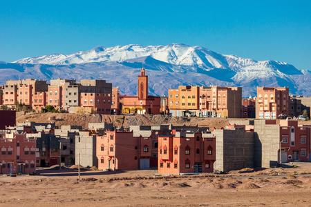 Ouarzazate et montagnes du Haut Atlas Vue aérienne panoramique, Maroc. Ouarzazate est une ville et capitale de la province de Ouarzazate au Maroc. Banque d'images - 63309838
