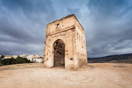 tumbas: Las tumbas meriníes o Merenid tumbas son unos gigantes hitos en Fes. Meriníes tumbas se encuentra en la colina sobre Fes, Marruecos. Foto de archivo