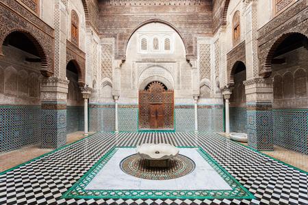 FES, MAROKKO - FEBRUARI 27, 2016: Al-Attarine Madrasa is een madrasa in medina van Fez in Marokko, dichtbij de Moskee al-Qarawiyyin Fez Stockfoto - 63244376