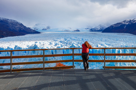 Tourist near the Perito Moreno Glacier, Argentina. Perito Moreno is a glacier located in the Los Glaciares National Park in the Argentinian Patagonia. Imagens