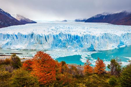 Le glacier Perito Moreno est un glacier situé dans le parc national de Los Glaciares dans la province de Santa Cruz en Argentine. C'est l'une des attractions touristiques les plus importantes de la Patagonie argentine. Banque d'images - 63339758