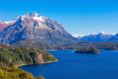 Tronador 산 및 Nahuel Huapi 호수, Bariloche. Tronador는 아르헨티나의 바릴로체 (Bariloche) 근처에있는 안데스 남부의 멸종 된 stratovolcano입니다.