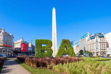 Buenos Aires, Argentinië - 14 april 2016: Buenos Aires ondertekenen en Obelisco in Buenos Aires in Argentinië. De Obelisk van Buenos Aires is een nationaal historisch monument en de icoon van Buenos Aires. Redactioneel