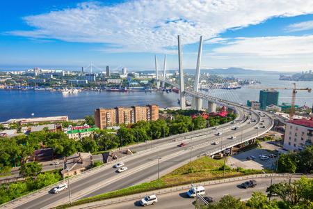 Het Zolotoy Golden Bridge is de tuibrug over de Zolotoy Rog (Gouden Hoorn) in Vladivostok, Rusland Stockfoto