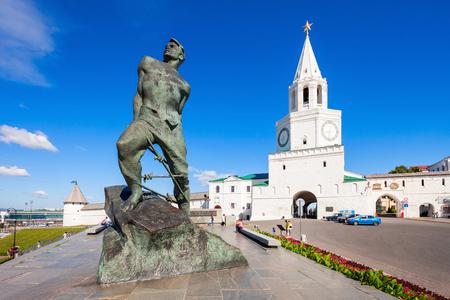 spasskaya: KAZAN, RUSSIA - JUNE 30, 2016: Musa Mostafa Dzhalil Monument and Spasskaya (Saviors) Tower, Kazan Kremlin in Russia. Spasskaya Tower serves as Kremlin main entrance.