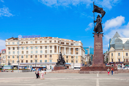 lejano oriente: VLADIVOSTOK, RUSSIA - JULY 17, 2016: Memorial to the Fighters for the Soviet Power in the Far East and Dalrybvtuz building on central square in Vladivostok, Primorsky Krai in Russia