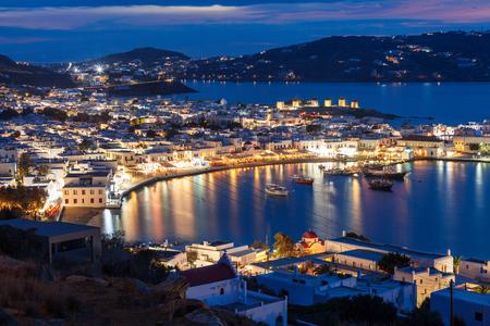 Mykonos-eiland luchtpanorama bij nacht. Mykonos is een eiland, onderdeel van de Cycladen in Griekenland. Stockfoto