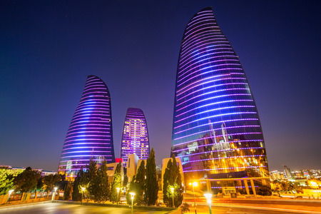 BAKU, AZERBEIDZJAN - SEPTEMBER 13, 2016: De Baku Vlamtorens is de langste wolkenkrabber in Baku, Azerbeidzjan met een hoogte van 190 m. De gebouwen bestaan ??uit appartementen, een hotel en kantoorgebouwen.