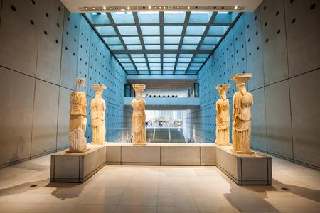 아테네, 그리스 -2006 년 10 월 19 일 : 아크로 폴리스 박물관은 그리스 아테네의 아크로 폴리스 고고학 사이트의 발견에 초점을 맞춘 고고학 박물관입니