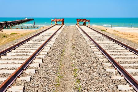 Talaimannar 철도 트랙, 스리랑카의 끝. Talaimannar는 Mannar 섬에 위치하고 Dhanushkodi 인도 마을에서 약 18 마일 떨어져 있습니다.