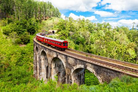 Train op de Demodara-brug met negen bogen of de brug in de lucht. Nine Arches Bridge bevindt zich in Demodara, in de buurt van Ella City, Sri Lanka.