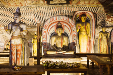 pintura rupestre: DAMBULLA, SRI LANKA - FEBRUARY 17, 2017: Buddha statues inside Dambulla Cave Temple. Cave Temple is a World Heritage Site near Dambulla city, Sri Lanka.