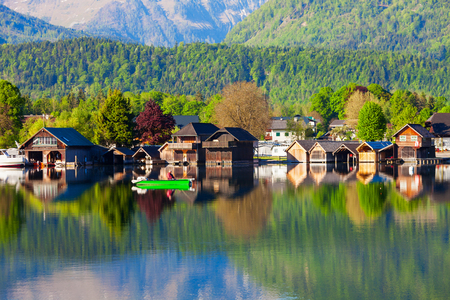 wolfgang: Beauty houses at Wolfgangsee lake in Austria. Wolfgangsee is one of the best known lakes in the Salzkammergut resort region of Austria.