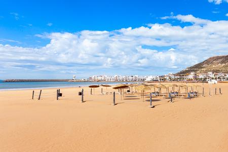Het hoofdstrand van Agadir in de stad van Agadir, Marokko. Agadir is een grote stad in Marokko, gelegen aan de kust van de Atlantische Oceaan. Stockfoto - 85187168