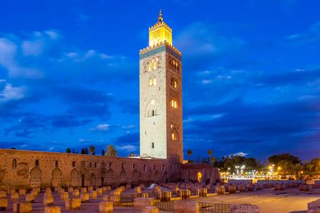 De Koutoubia-moskee of Kutubiyya-Moskee bij nacht, het is de grootste moskee in Marrakech, Marokko.