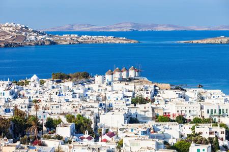 De windmolens van Mykonos zijn iconisch op het Griekse eiland Mykonos. Het eiland is een van de Cycladen eilanden in de Egeïsche zee, Griekenland.
