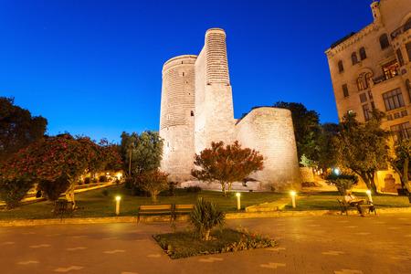 Baku Azerbaijan 24 April 2017 Monument Der Freundschaft Zwischen Zwei Kustenstadten Auf Kaspisches Meer Skulptur Von Natiq Aliev Zeigt Jungfrauenturm In Baku Und Kreml In Der Russischen Stadt Astrachan Lizenzfreie Fotos