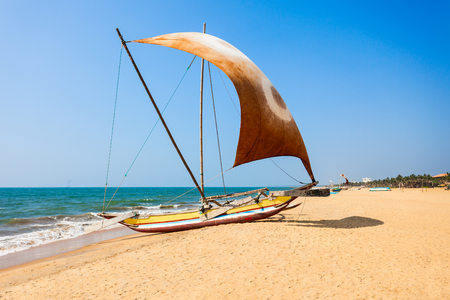 De toeristenboot van de schoonheid bij strand Negombo. Negombo is een grote stad gelegen aan de westkust van Sri Lanka. Stockfoto - 87732955