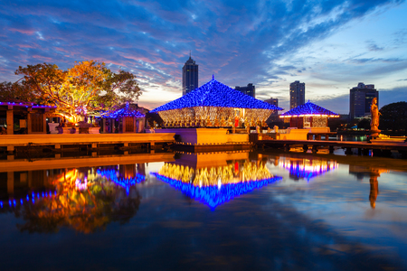 シーマ マラッカ夕暮れベイラ湖コロンボ、スリランカ仏教寺院。シーマ マラッカ ガンガラーマ寺院の一部であります。