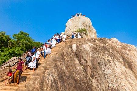 MIHINTALE、スリランカ - 2017 年 2 月 11 日: Mihintale 』 ガラや Mihintale の古代都市、スリランカ瞑想岩で正体不明の巡礼者。 報道画像