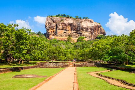 Sigiriya 바위 또는 사자 바위는 Dambulla, 스리랑카의 가까이에 고대 요새이다. Sigiriya는 유네스코 세계 문화 유산입니다.