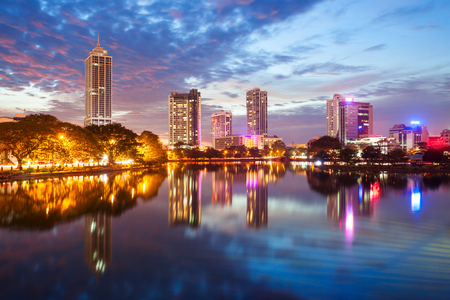 Beira lake and Colombo city skyline view at sunset. Beira lake is a lake in the center of the Colombo in Sri Lanka. 版權商用圖片 - 92733920