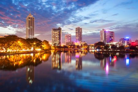 Beira-meer en de mening van de de stadshorizon van Colombo bij zonsondergang. Het Beira-meer is een meer in het centrum van Colombo in Sri Lanka.