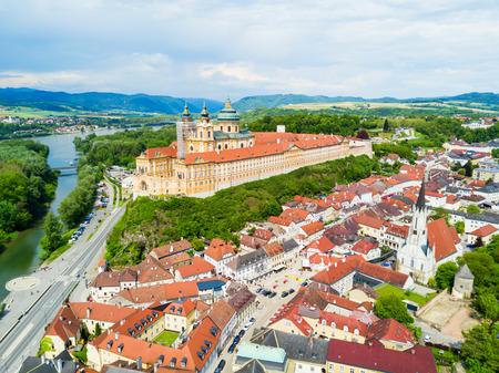 Vista panoramica aerea di Melk Abbey Monastery. Stift Melk è un'abbazia benedettina a Melk, in Austria. Monastero situato su uno sperone roccioso che domina il fiume Danubio e la valle di Wachau. Archivio Fotografico