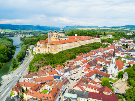 Vue panoramique aérienne du monastère de l'abbaye de Melk. Stift Melk est une abbaye bénédictine de Melk, en Autriche. Monastère situé sur un piton rocheux surplombant le Danube et la vallée de la Wachau. Banque d'images
