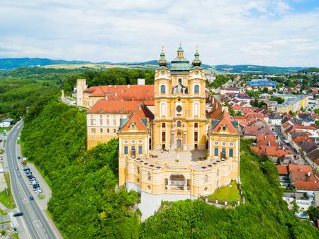 Melk 수도원 공중 파노라마보기입니다. Stift Melk는 오스트리아 멜크 (Melk)에있는 베네딕토 회 수도원 (Benedictine Abbey)입니다. 다뉴브 강 및 W