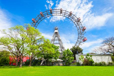 Wiener Riesenrad lub Vienna Giant Wheel 65-metrowy diabelski młyn w parku Prater w Austrii, Wiedeń. Wiener Riesenrad Prater to najpopularniejsza atrakcja Wiednia.