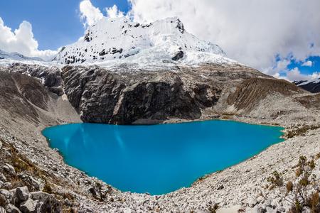 Lake Laguna 69 및 Chakrarahu 산은 페루 안데스 산맥의 Huascaran 국립 공원에 위치하고 있습니다.