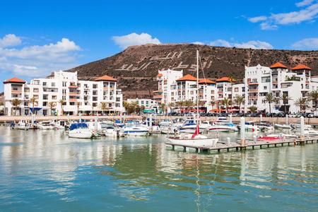 아가 디르의 마리나 항구에서 보트. 아가 디르는 아틀라스 산맥 근처의 대서양 해안에 위치한 모로코의 주요 도시입니다.