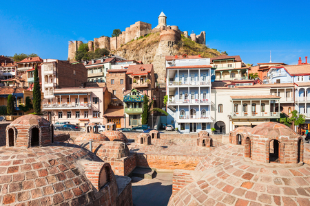 Abanotubani is the ancient district of Tbilisi, Georgia, known for its sulfuric baths. Abanotubani is located at the bank of the Mtkvari (Kura) River. Stockfoto