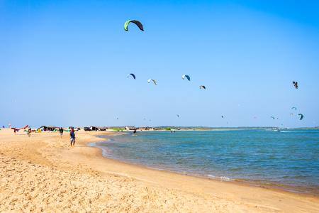 KALPITIYA, SRI LANKA - FÉVRIER 09, 2017: Kitesurfers sur la plage de Kalpitiya au Sri Lanka. Kalpitiya est la meilleure destination de kitesurf en Asie.