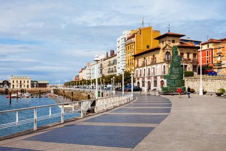 ヒホン堤防遊歩道。ヒホンはスペイン最大のアストゥリアス市です。