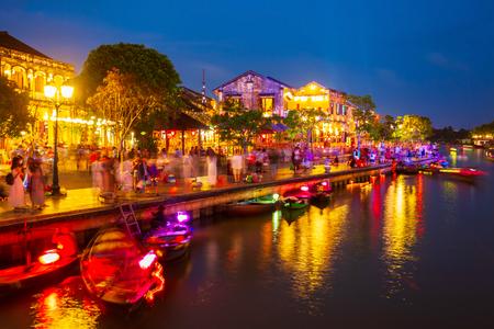 Vissersboten aan het rivierfront van de oude stad Hoi An in de provincie Quang Nam in Vietnam
