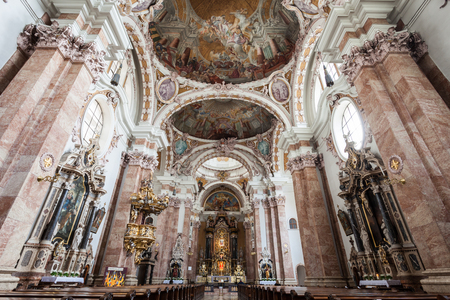 INNSBRUCK, AUSTRIA - MAY 23, 2017: Innsbruck Cathedral or Cathedral of St. James is a baroque cathedral of the Roman Catholic Diocese of Innsbruck in Innsbruck, Austria 新聞圖片