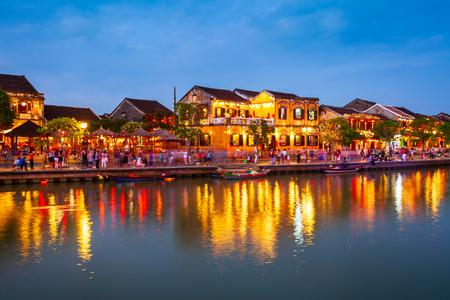 Bateaux de pêche au bord de la rivière de l'ancienne ville de Hoi An dans la province de Quang Nam au Vietnam
