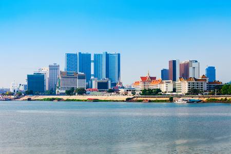 De skyline van de stad van Phnom Penh en de Tonle Sap-rivier. Phnom Penh is de hoofdstad en grootste stad van Cambodja. Stockfoto
