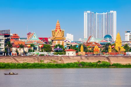 De skyline van de stad van Phnom Penh en de Tonle Sap-rivier. Phnom Penh is de hoofdstad en grootste stad van Cambodja.
